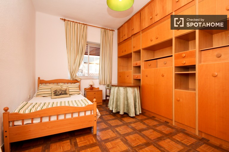 Room for rent with double bed in 3-bedroom apartment in Centro, Granada.
