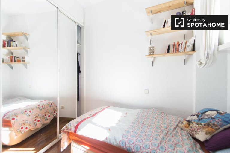 Cosy room in 2-bedroom apartment in Imperial, Madrid