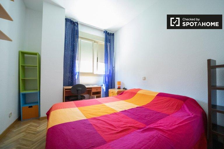 Habitación luminosa en apartamento de 5 dormitorios en Vicálvaro, Madrid
