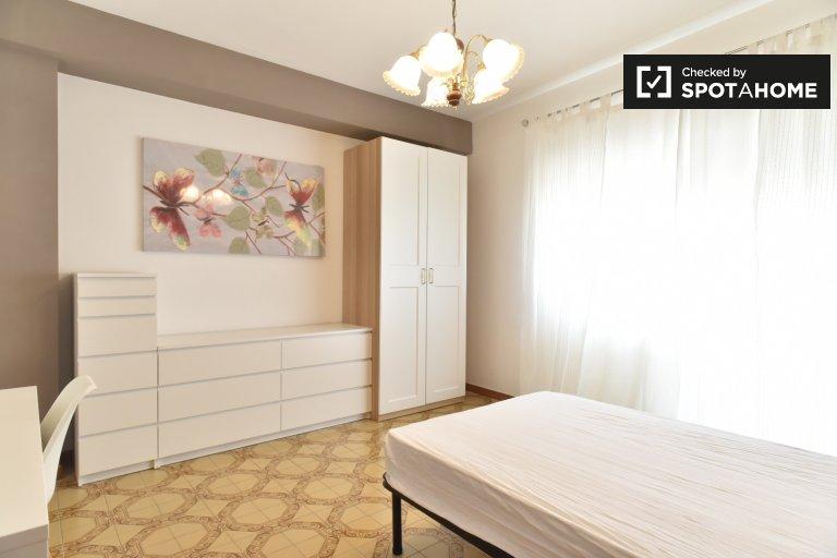 Stylowy pokój w apartamencie z 4 sypialniami w San Giovanni w Rzymie