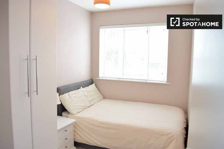 Double Bed in Room to rent in a 4-bedroom house with garden in Inchicore