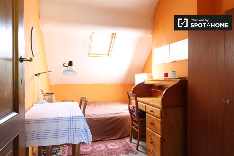 Double Bed in Rooms to rent in quaint 4-bedroom apartment with garden to rent near Université libre de Bruxelles