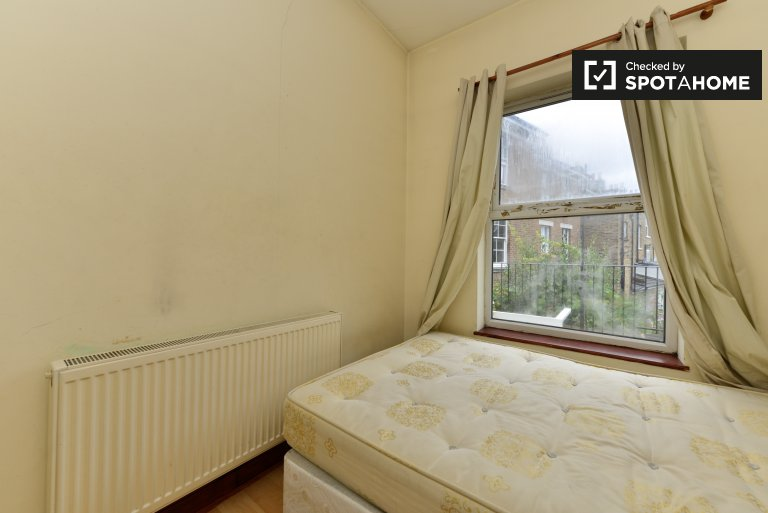 Double Bed in Rooms to rent in tidy 3-bedroom apartment in Islington