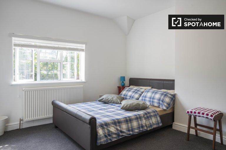Habitación luminosa en casa compartida de 5 dormitorios en Greenwich, Londres