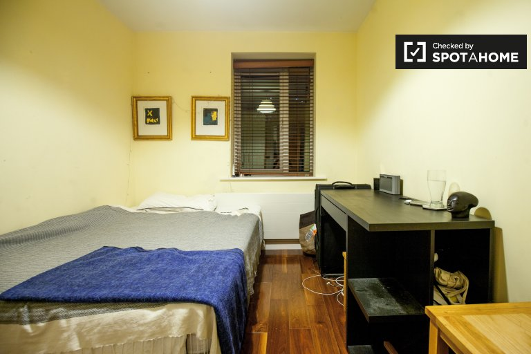 Tidy room for rent in 3-bedroom apartment in Sandyford