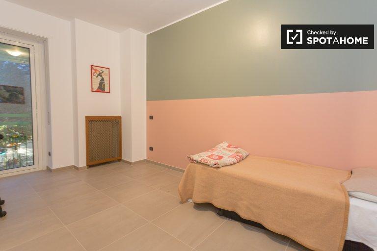 Pokój do wynajęcia w apartamencie z 3 sypialniami w Bande Nere, Mediolan