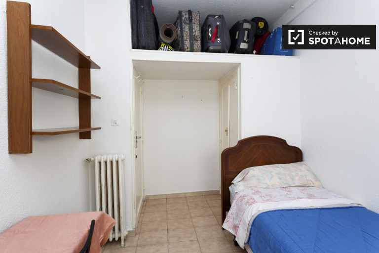 Comfy room in 5-bedroom apartment in Prosperidad, Madrid