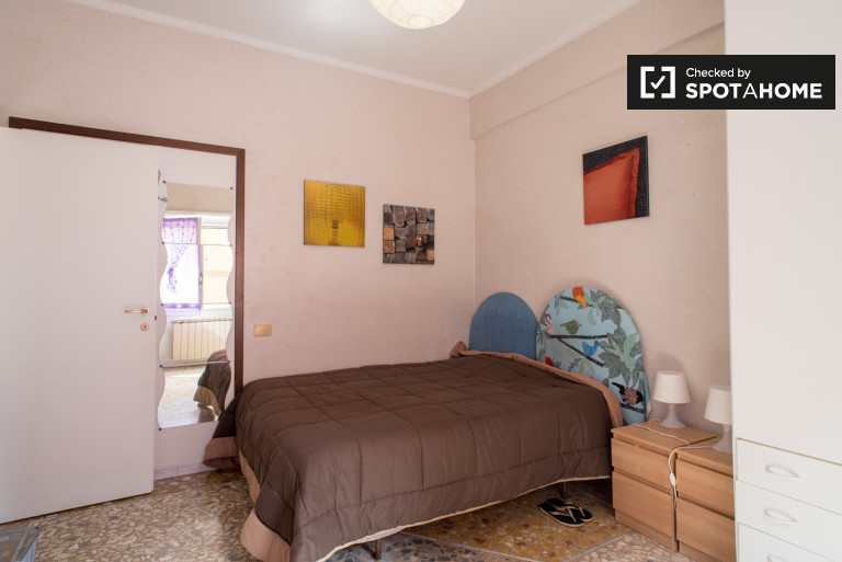 Double Bed in Luminous room with desk for rent in north east Rome