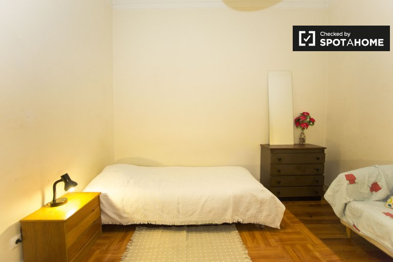 Charming room for rent in 6-bedroom apartment in Barrio Alto