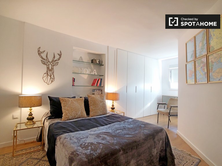 Bright room in 2-bedroom apartment in Ciudad Lineal, Madrid