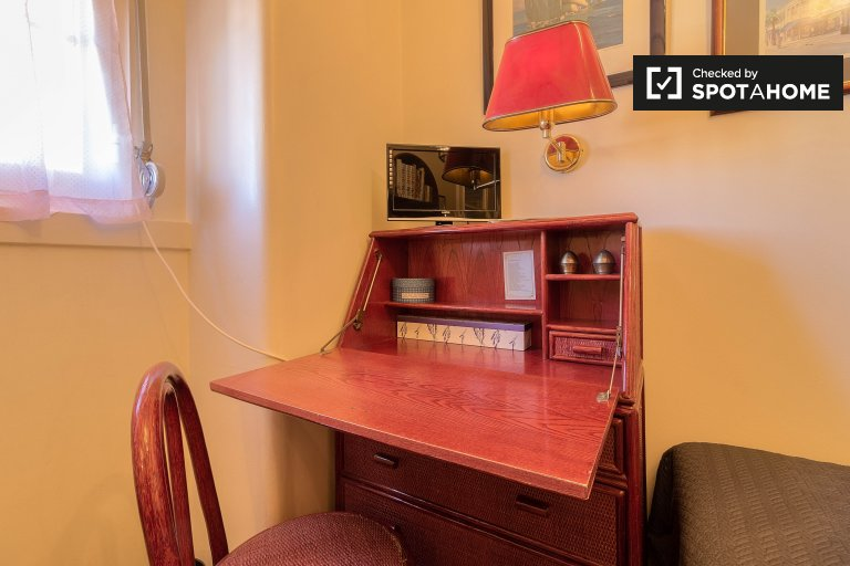 Room for rent in X-bedroom apartment in Areeiro, Lisbon