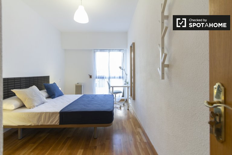 Large room in 5-bedroom apartment in Delicias, Madrid