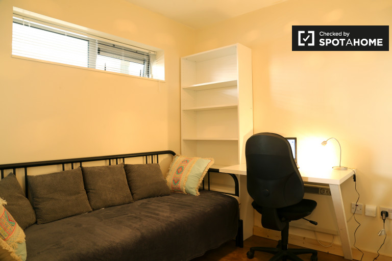 Double Bed in Room to rent in modern 2-bedroom apartment with balcony in Santry