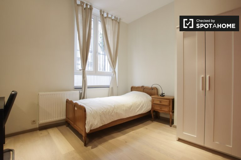 Quarto para alugar em apartamento de 6 quartos em Saint Josse