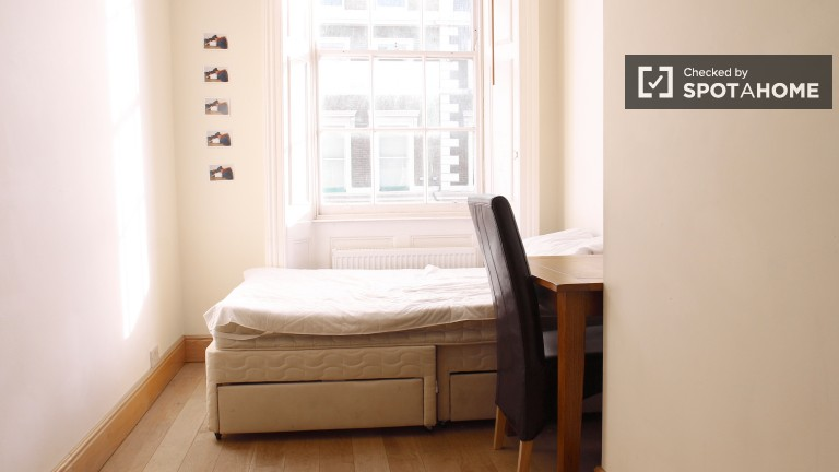 Equipped room in shared flat in Camden, London