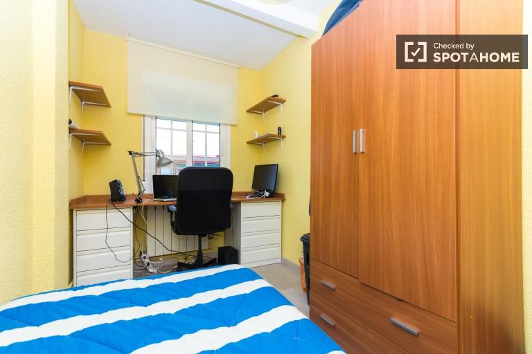 Chambre lumineuse dans un appartement de 3 chambres à Getafe, Madrid
