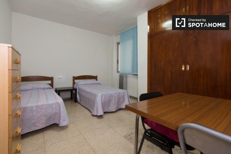 Twin Beds in Rooms to rent in spacious 3-bedroom apartment in Ronda, Granada