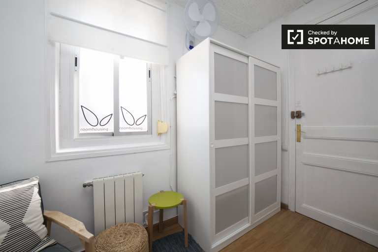 Cozy room for rent in 5-bedroom apartment in Gràcia