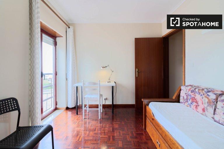 Chambre à louer dans un appartement de 4 chambres à coucher à Marvila, Lisbonne