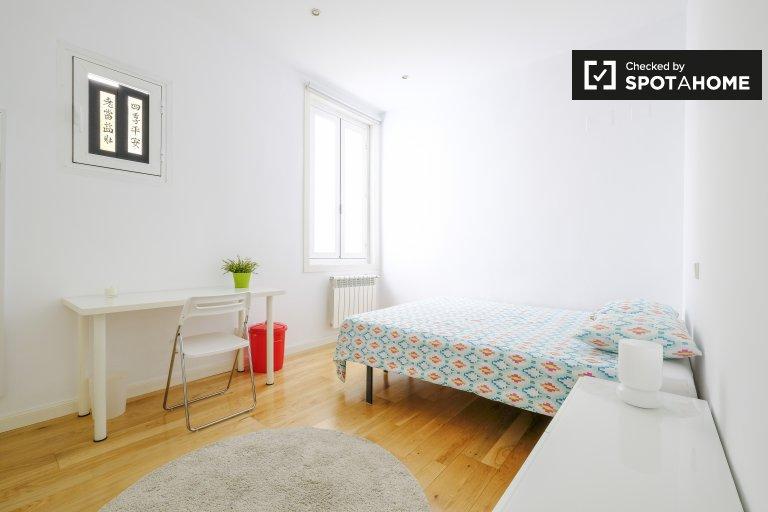 Pokój do wynajęcia w apartamencie z 3 sypialniami w centrum Madrytu