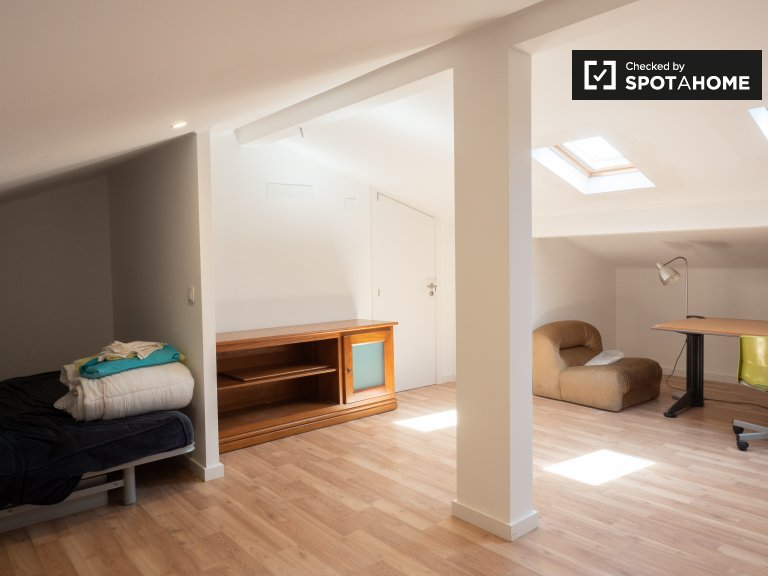 Amplia habitación en apartamento de 8 dormitorios en Parede.
