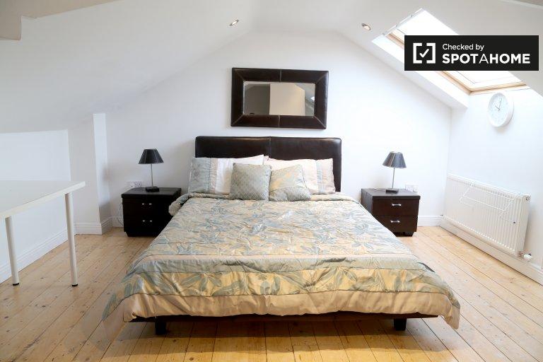 Ampia camera in appartamento condiviso a Ballycullen, Dublino
