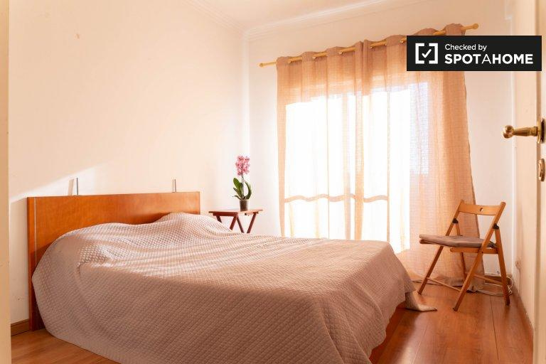 Luminosa camera in appartamento con 3 camere da letto a Queluz, Lisbona