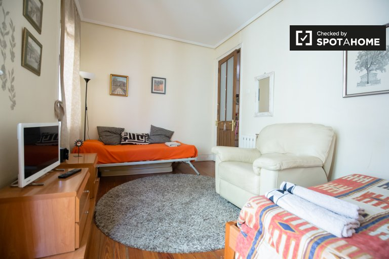 Double Bed in Rooms to rent in bright 4-bedroom apartment in vibrant Ibaiondo