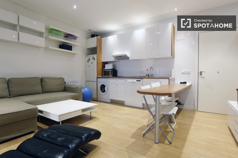 3-bedroom apartment for Rent With AC in Malasaña, Madrid