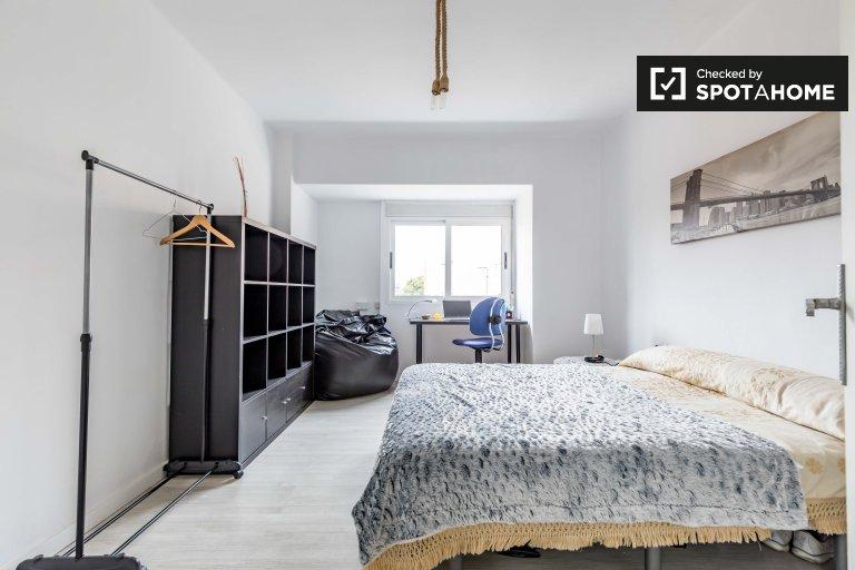 Quarto aberto em apartamento de 3 quartos em Burjassot, Valência