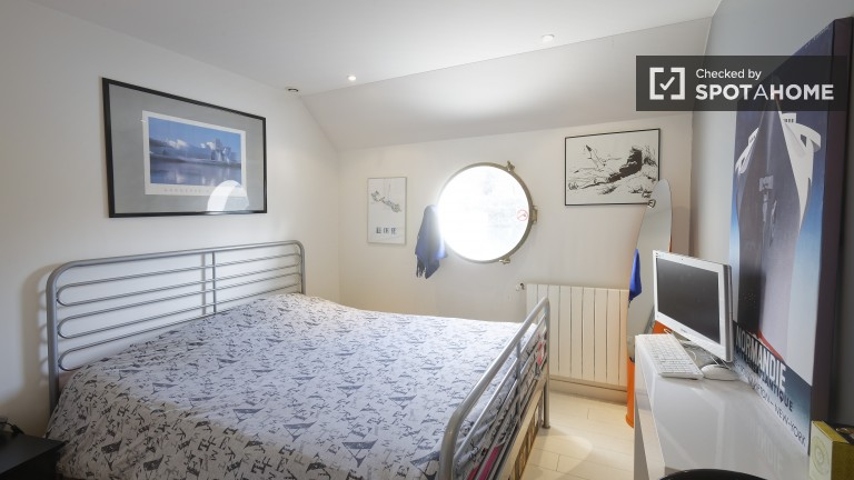 Double Bed in Luxury Bedrooms for Rent in 3 Bedroom Boat in Paris