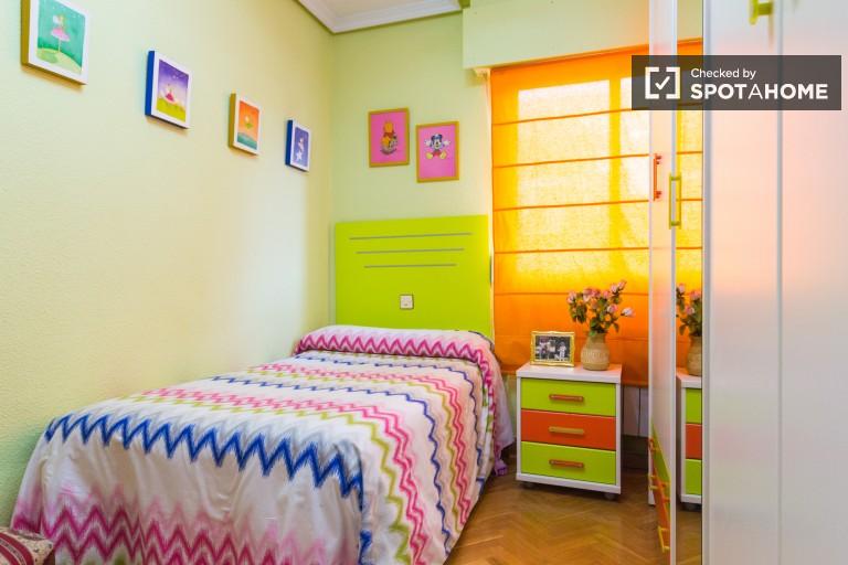 Przytulny pokój we wspólnym mieszkaniu w Carabanchel, Madryt
