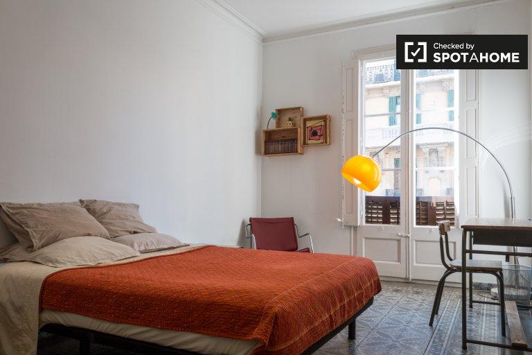 Eixample'de 4 yatak odalı dairede kiralık oda