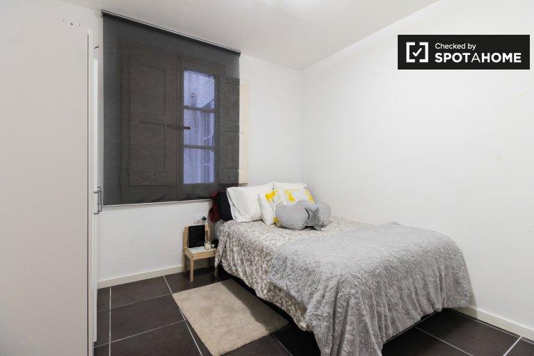 Tidy room in 4-bedroom apartment in Sants, Barcelona