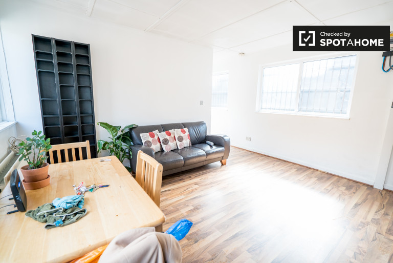 Stylish 2-bedroom apartment to rent next to tube station in Bethnal Green, London
