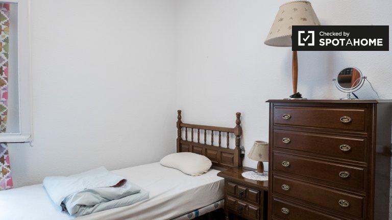 Pokój do wynajęcia w 3-pokojowym mieszkaniu w Chamartín, Madryt
