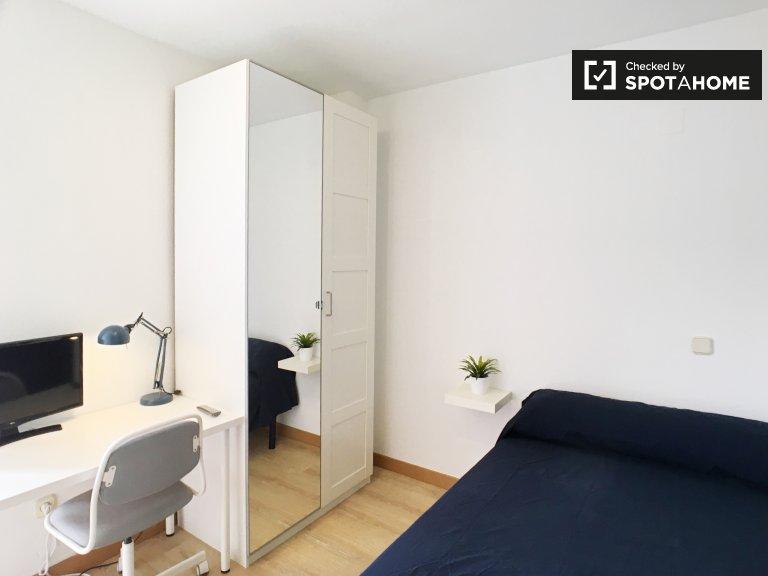 Chambre généreuse dans un appartement de 5 chambres, Moratalaz, Madrid