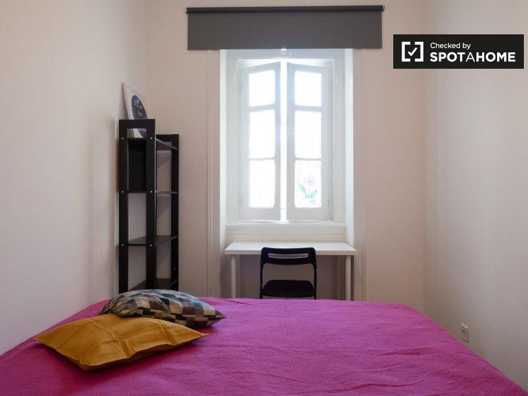 Słodki pokój do wynajęcia w apartamencie z 3 sypialniami w Arroios w Lizbonie
