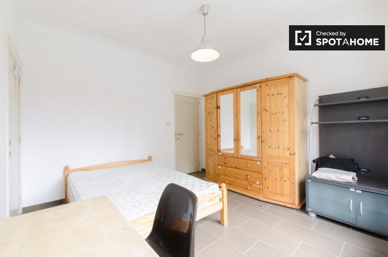 Słoneczny pokój w 7-pokojowym mieszkaniu w Jette, Bruksela