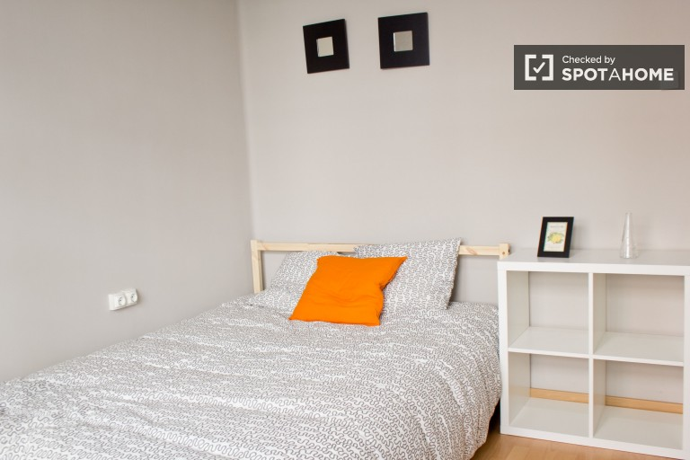 Double Bed in 7 rooms for rent in a large apartment with a terrace, 7 minutes from Valencia Central Market