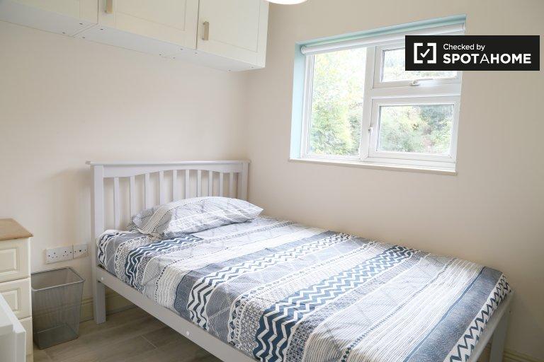 Atrakcyjny pokój do wynajęcia w domu z 8 sypialniami w Stoneybatter
