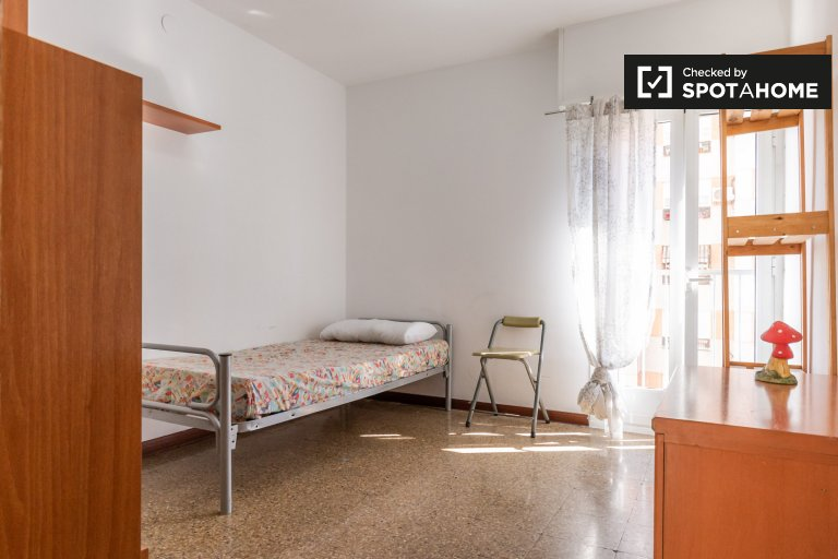 Cozy room in 3-bedroom apartment in Sant Martí, Barcelona