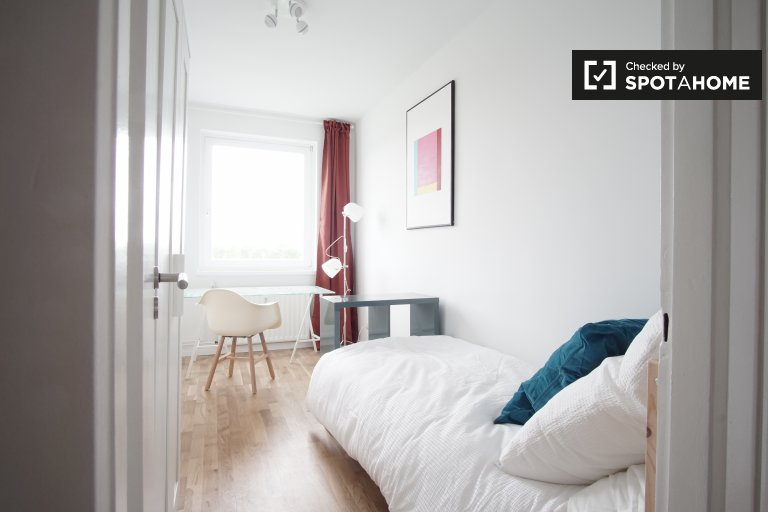 Single Bed in Rooms for rent in bright 4-bedroom apartment in Adlershof