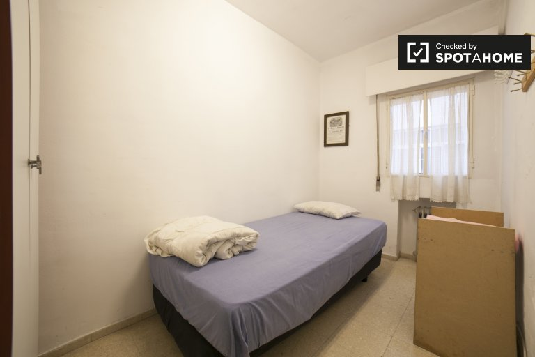 Single Bed in Rooms for rent in large 5-bedroom apartment in Los Remedios