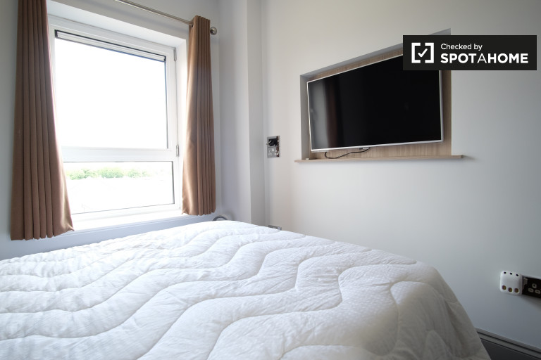 Double Bed in Rooms to rent with wi-fi in stunning 2-bedroom apartment with river views