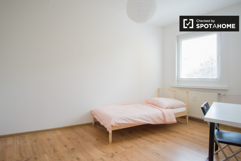Single Bed in Bright rooms to rent in a 4-bedroom shared apartment in Friedrichsfelde