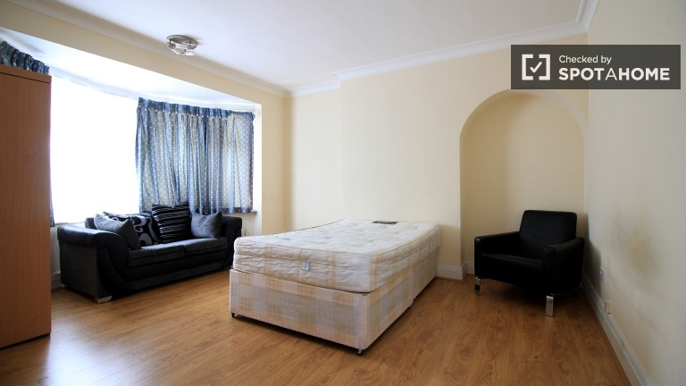 Spacious 4-bedroom, 2-bathroom house to rent in Barnet