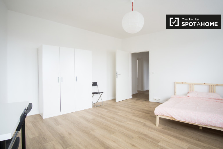 Double Bed in Rooms for rent in a 5-bedroom shared apartment, Friedrichsfelde