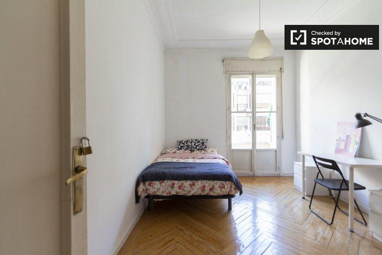 Accogliente camera in affitto in appartamento con 9 camere da letto a Moncloa