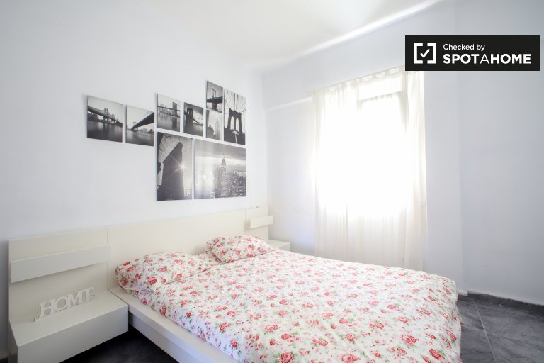 Room for rent in 3-bedroom apartment in Camins Al Grau